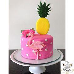 Risultati immagini per bolo flamingo e abacaxi pasta americana Flamingo Party, Flamingo Cupcakes, Flamingo Birthday, Bolos Pool Party, Novelty Birthday Cakes, Pineapple Cake, Pinapple Birthday Cake, Girl Cakes, Party Cakes