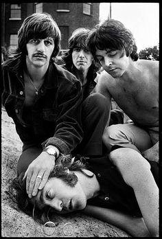 © Foto de Don McCullin. Paul McCartney, Ringo Star e George Harrison simulam a morte de John Lennon, 1968.