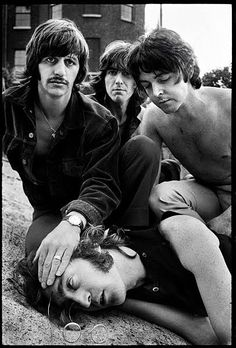 Paul McCartney, Ringo Star e George Harrison simulam a morte de John Lennon, 1968.