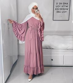 Eid Outfits 2019 - Zahrah Rose - Looking for Eid outfit 2019 inspiration and for that Eid special dress Read on to get some ge - Modest Fashion Hijab, Modern Hijab Fashion, Hijab Casual, Hijab Fashion Inspiration, Abaya Fashion, Muslim Fashion, Look Fashion, Classy Fashion, White Fashion