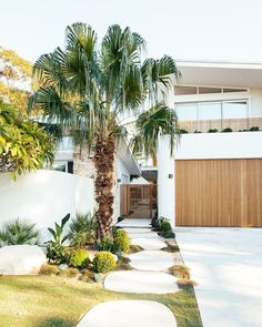 Dream Beach Houses, Modern Beach Houses, White Beach Houses, Contemporary Beach House, Tropical Houses, Modern Tropical House, Dream Home Design, Facade House, Coastal Homes
