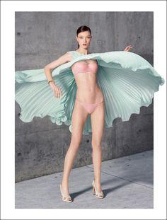 2016年春、ピーチ・ジョンは、「ランジェリーだってファッションの一部!」というメッセージを今まで以上に強く発信するため、世界のランウエイショーで活躍するモデル、ユミ・ランバートを広告に起用し、2016年春夏のトレンドとリンクする世界観を作り上げた。