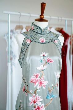 30 Gorgeous Details for a Qipao (Cheongsam) Wedding Dress Cheongsam Modern, Cheongsam Wedding, Cheongsam Dress, Dolly Fashion, Ceremony Dresses, Embroidery Dress, Chinese Embroidery, Chinese Clothing, Ao Dai