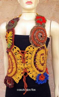 Colete estilo corselet. Suas formas assimétricas e texturas diferenciadas tornam a peça única e exclusiva.