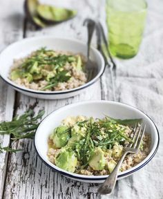 Alcalina e vegetariana, questa insalata è un piatto unico perfetto per un pranzo veloce, che non appesantisce, ma riesce a saziare. Mi piace l'alternanza di temperature e di consistenze, provatela con del pane integrale tostato è un ché verde.