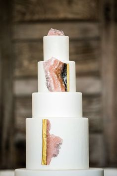 Looking for a cake design that will definitely be a showstopper? Rose quartz geode are chic unexpected touches.