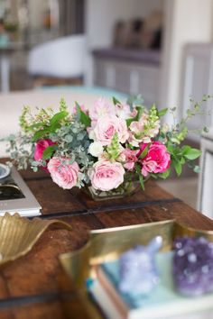 Coffee table, gold accessories and floral