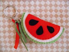 Chaveiro melancia Felt Fruit, Diy And Crafts, Crafts For Kids, Felt Keychain, Sweet Watermelon, Felt Flowers, Headbands, Coin Purse, Christmas Gifts