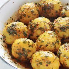 Pommes de terre à la chermoula ou batata mchermla, facile, rapide et savoureux. Ce sont des pommes de terre en sauce chermoula (persil, coriandre, ail, jus de citron, des épices, huile d'olive). A servir chaud ou froid. Et vous pouvez les servir comme salade ou plat d'accompagnement pour viandes, poisson, ...