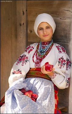 This is too modest, folk yet classy ! As a Muslim hijab wearing girl I can see that modesty in old Eastern Europe is quite similar to Islamic modesty ! Folk Fashion, Ethnic Fashion, Women's Fashion, Fashion Outfits, We Are The World, People Of The World, Folk Costume, Costumes, Sandro