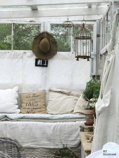 Shabby Chic ideas for the sunroom! Shabby Chic Cottage, Cottage Style, French Cottage, Cottage Living, Outdoor Rooms, Outdoor Living, Sleeping Porch, Decoration Originale, Interior Decorating