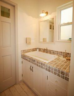 夫婦共働き子育て世代。南ウッドデッキ付・家族がのびのび暮らす家 Natural Interior, Corner Bathtub, Diy And Crafts, House Plans, Vanity, How To Plan, Living Room, Bathroom, Home Decor
