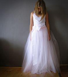 sweet+...svatební+Dlouhá+tylová+sukně+.+Bílý+tyl+v+kombinaci+s+jemně+růžovýmse+sukní+ze+svatebního+taftu+.+Sukně+všita+dopružného+pásku+5+cm+vysokého.+.Sukně+je+bohatě+řasena+a+doplněna+kolovými+vrstvami+tylu+pro+pěknou+Áčkovou+siluetu.+K+sukni+je+šita+saténová+stuha+v+bílé+barvě+ev.+dle+přání.++Šito+na+přání+zákaznice.+.+Standartní+doba+dodání...