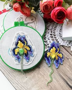 HANDMADE БРОШИ▪️Тюмень (@erokhina_studio) • Фото и видео в Instagram Bead Embroidery Jewelry, Beaded Embroidery, Beaded Jewelry, Felt Applique, Flower Brooch, Handmade Bags, Diy And Crafts, Jewelry Making, Beads