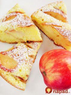 Výborný ovocný koláčik, ktorý chutí ako obľúbená domáca bublanina. Akurát je pripravený omnoho rýchlejšie a môžete ho mať aj vtedy, keď nemáte poruke rúru.