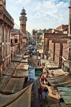 Pakistan Cloth Market, Lahore. (By www.flickr.com/photos/21561345@N02/)