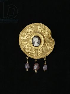 Disc brooch, from Benevento, Campania, Anglo-Saxon, 7th century (gold, onyx and amethyst)