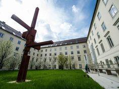 Das katholische Erzbistum München und Freising will heute erstmals sein Vermögen offenlegen - erwartet wird eine Gesamtsumme von mehreren Milliarden Euro. Alle kirchlichen Gebäude, Grundstücke, Kunstgegenstände, Verträge, Anlagen und Kapitalrücklagen wurden dafür bewertet.