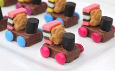 Train teddies - so easy. Milky way bar, licorice allsort, smarties, licorice log and a tiny teddy