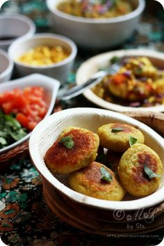 Ragda Patties Recipe (Potato Patties served in a Spicy Peas Gravy) Gujarati Recipes, Indian Food Recipes, Vegan Recipes, Gujarati Food, Indian Street Food, South Indian Food, How To Make Patties, Ragda Patties Recipe, Baking Soda Health Benefits