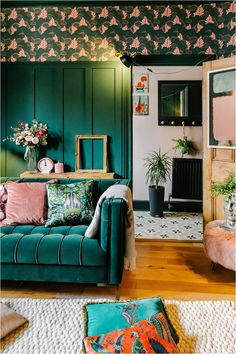 3-tips-in-choosing-a-velvet-sofa-colour Dark Green Living Room, Dark Green Walls, Dark Green Wallpaper, Bright Hallway, Green Lounge, Diy Projects On A Budget, Cosy Lounge, Sofa Colors, Dark Interiors