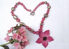 Collana con pietre rosa ciclamino e fiore di cuoio