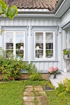 Love the window trim, as well as the siding Swedish Cottage, Swedish Decor, Red Cottage, Cozy Cottage, Build A Fireplace, Open Fireplace, Scandinavian Garden, Scandinavian Design, Swedish Design