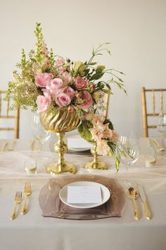 Gold and pink table setting /// #gold #pink #table #tablescape #flowers #vase #arrangement
