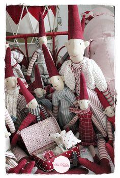 VELKOMMEN HOS INDRETNING MED FARVER.: Så er Julepynten på vej i kælderen...