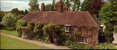 """Peppard Cottage: The Country House Where """"Howards End"""" Was Filmed Howard End, Home Grown Vegetables, English Decor, Edwardian Era, Cozy Cottage, Beautiful Homes, Beautiful Places, Cool Pictures, England"""