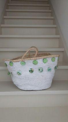 Witte rieten tas met groene glazen accenten