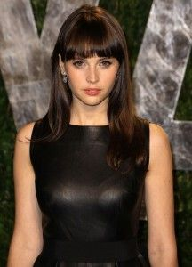 Felicity Jones Hairstyle, Makeup, Dresses, Shoes and Perfume.