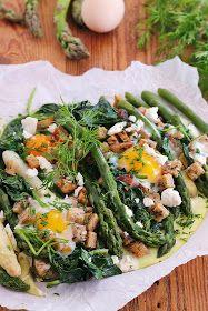 wesoła kuchnia: Zapiekane szparagi z jajkiem i grzankami