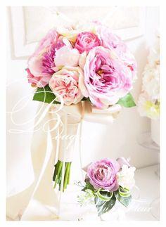 Yu's fleur (ユーズフルール)Wedding flower 港区ベイエリア flower Salon シャクヤクのクラッチブーケ Bridal Bouquet Pink, Wedding Bouquets, Table Flowers, Flower Making, Peonies, Glass Vase, Floral Wreath, Table Settings, Wreaths