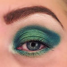 Green Glow 🌿🌿🌿 #eyeshadow #look #lotd #mua #motd #mood #makeuplook #green #eyemakeup makeup look