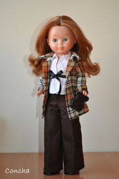 Os propongo hacer un pantalón de los clásicos que lleva Nancy. Para ello voy a utilizar un patrón sencillo de pantalón. Va en una pie... Vestidos Nancy, Nancy Doll, Disney Animator Doll, Crochet, American Girl, Doll Clothes, Winter Outfits, Girl Outfits, Barbie