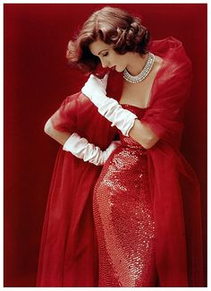 Suzy Parker in a Dress by Norman Norell, Life September 1952 Cover by Milton H. Greene - great old-school glamour Foto Fashion, Red Fashion, 1950s Fashion, Vintage Fashion, Vintage Couture, Classic Fashion, Classic Style, Fashion Models, Style Fashion
