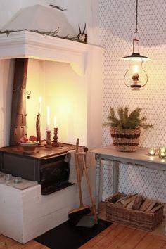 Här är ett urval av alla fantastiska vedspisar vi fick in när vi bad våra… Swedish Cottage, Red Cottage, Cozy Cottage, Cozy House, Swedish House, Swedish Decor, Kitchen Interior, Interior And Exterior, Red Houses