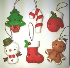 #artesaniasfaciles Polymer Clay Ornaments, Polymer Clay Projects, Diy Christmas Ornaments, Christmas Projects, Holiday Crafts, Holiday Decor, Polymer Clay Christmas, Cute Clay, Miniature Crafts