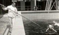 Zo leerde men vroeger zwemmen. Badmeester of badjuffrouw met een lange stok met haak.