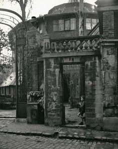 Parijs jongen in poort, ca 1950, Jo Bokma. Dutch (1913 - 2008)