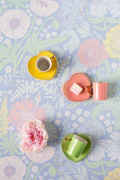 Sandberg wallpaper with vintage coffee cups from kooPernu at our blog www.piantare.fi styling: Minna Lilja, Jatta Heinlahti. Photographer: Johanna Levomäki