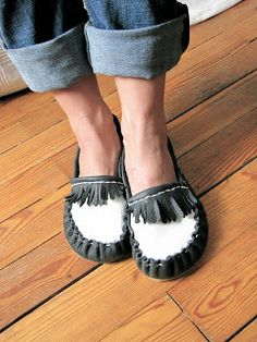 Of Dreams and Seams: Making Moccasins! With full How-To. use thrift store leather jackets! Moccasins Mens, Baby Moccasins, Leather Moccasins, Leather Shoes, Beaded Moccasins, How To Make Moccasins, How To Make Shoes, Sock Shoes, Shoe Boots