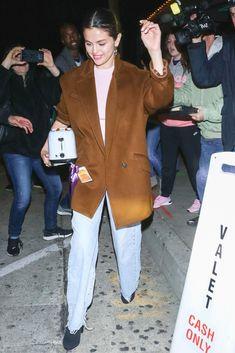 Selena Gomez Oversize Blazer and Jeans Selena Gomez Trajes, Selena Gomez 2019, Selena Gomez Daily, Selena Gomez Outfits, Selena Gomez Pictures, Selena Gomez Style, Blazer Fashion, Fashion Outfits, Celebrity Style Inspiration