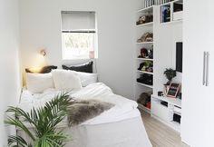 White room, Bett am Fenster und neben Bett schreibtisch