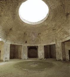 Domus Aurea Era unha mansión de fábula, que ocupaba unha extensión equivalente a 8 palacios de Buckhingham. Estaba decorada con frescos, paneis de alabastro e mosaicos moi delicados. Para construíla, no 64 d.C., tivo que mandar desaloxar palacios e vivendas nun amplo radio en torno á zona que hoxe ocupa o Coliseo. De todo aquelo hoxe só quedan unhas poucas ruinas, decoradas con frescos milagrosamente intactos.