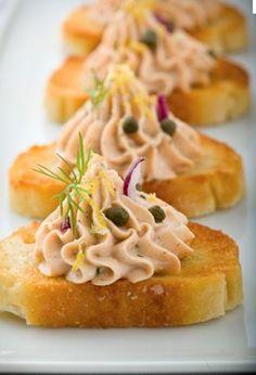 彩りも綺麗♡サーモンを使ったparty foodを並べて、テーブルを華やかに♡にて紹介している画像