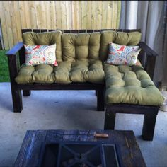 Pallet chaise lounge* no instructions but I'm sure we could figure it out! (uploaded and made by Marie Valenta)