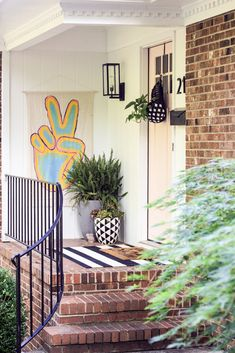 Front Porch Signs, House Front Door, Front Door Decor, Modern Front Porches, Small Porches, Autumn Wreaths For Front Door, Summer Door Wreaths, Summer Porch Decor, Porch Decorating