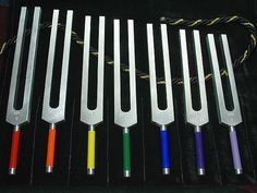 Most people think of tuning forks as something the piano tuner uses to tune up the piano.Yet there is another type of tuning fork, one designed to tune up the human body. Both types of forks work in similar ways. By using Tuning Fork Sound Therapy,. Qi Gong, Holistic Healing, Natural Healing, Crystal Healing, Sound Healing, Self Healing, Chakras Reiki, Clear Chakras, Headache Cure